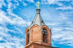 红砖正统或基督教会  美丽的蓝天 库存图片