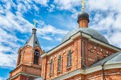 红砖正统或基督教会  美丽的蓝天 免版税库存照片