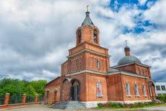 红砖正统或基督教会  美丽的蓝天 图库摄影
