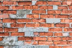 红砖老大厦墙壁与镇压、裂缝和芯片的 库存照片