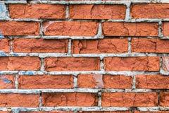 红砖老大厦墙壁与镇压、裂缝和芯片的 库存图片