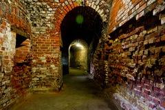 红砖老德国设防结构的被成拱形的走廊  库存图片