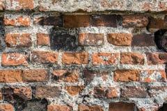 红砖背景老砖墙与交通事故多发地段的 库存照片