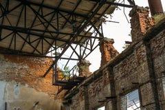 红砖被放弃的仓库内部  免版税图库摄影