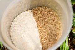 红糖和咖啡盛奶油小壶 免版税库存照片