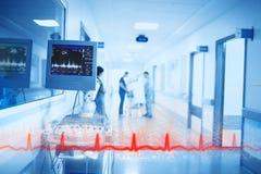 红线heartbeating在数字仪器和医生背景在医院走廊 库存照片