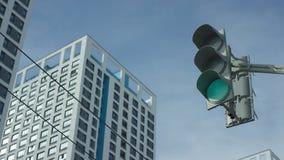 红绿灯从红色改变到greent在城市 城市轻的业务量 免版税图库摄影