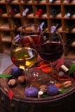 红色、玫瑰色和白色玻璃和瓶酒 葡萄、无花果、坚果和叶子在老木桶 免版税图库摄影