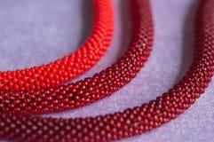 从红色三片的树荫小珠的项链  免版税库存图片