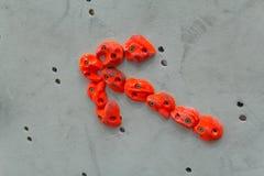红色上升举行以在灰色墙壁上的一个箭头的形式 图库摄影