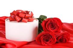 红色上升了与与礼品的一个配件箱 免版税库存图片