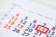 红色上升了 在日历的2月14日马克 图库摄影
