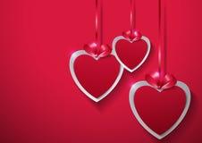 红色上升了 垂悬与在桃红色Backgro的丝带的纸心脏 库存照片