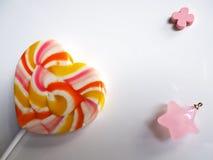 红色上升了 心形的糖果五颜六色在whitebackground, 库存图片