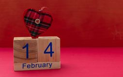 红色上升了 2月14日和红色织品心脏在红色背景 免版税库存照片