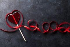 红色上升了 糖果心脏和红色丝带 库存图片