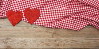 红色上升了 红色织品心脏顶视图,木背景 库存照片