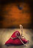 红色上升了 衣物夫妇日愉快的葡萄酒婚礼 红色在木背景-桌的布料手工制造心脏 您的爱文本的自由空间 库存图片