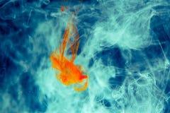 红色上色了抽象下落云彩丙烯酸酯的下面水性涂料背景黄色蓝绿色橙色波斯菊黑色抽象天空海温泉 免版税库存照片