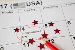 红色上色了有7月日历四的铅笔  库存照片