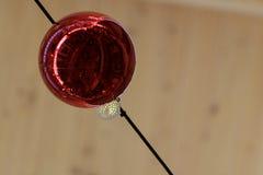 红色与反射的圣诞节装饰球从在底下 免版税库存图片