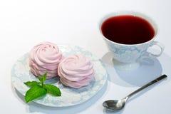 红色与桃红色蓝莓marshmallo的木槿茶苏丹玫瑰色茶 图库摄影