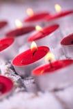 红色与金黄火焰的被点燃的Tealights 免版税库存图片