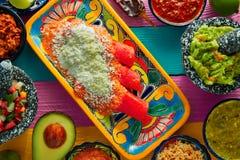 红色与鳄梨调味酱捣碎的鳄梨酱的辣酱玉米饼馅墨西哥食物 图库摄影