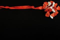 红色丝带和心形的糖果与拷贝空间 库存照片