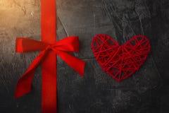 红色丝带和心脏在黑暗的背景 圣华伦泰` s天和婚礼的题材 库存图片