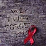 红色丝带和文本我们不忘记您 免版税库存照片