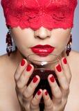 红色丝带和酒的妇女 免版税库存照片