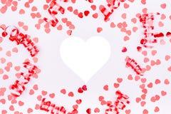 红色丝带和闪烁心脏五彩纸屑 情人节概念 f 免版税库存照片