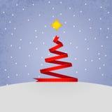 红色丝带圣诞树。 库存图片