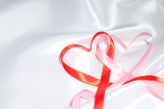 红色丝带心脏 免版税库存图片