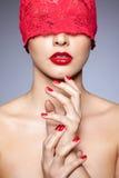 红色丝带的妇女 免版税库存图片