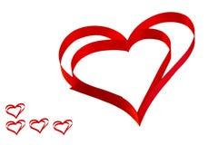 红色丝带的被隔绝的心脏在白色背景的谷的 免版税库存图片