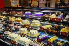 红色丝带Bakeshop,在显示的蛋糕 库存图片