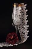 玫瑰色红色的丝绸和玻璃 库存图片
