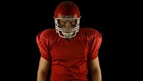 红色严肃美国橄榄球运动员摆在 股票视频