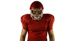 红色严肃美国橄榄球运动员摆在 股票录像