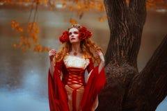 红色中世纪礼服的妇女 图库摄影