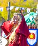 红色中世纪衣裳的妇女 免版税库存图片