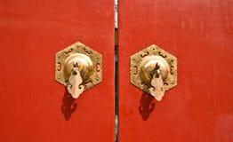 红色中国古色古香的门 免版税库存照片