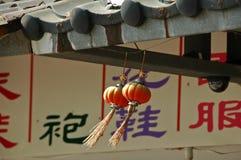 红色中国灯笼在大风天 免版税库存照片