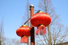 红色中国节日灯笼新年,五颜六色的灯笼-与红色中国灯笼的传统装饰 库存照片