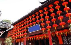 红色中国节日灯笼新年,五颜六色的灯笼-与红色中国灯笼的传统装饰 免版税库存图片