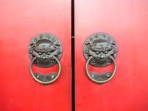 红色中国门的门 免版税库存图片