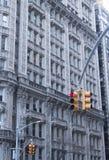 红色中止光和大厦 免版税图库摄影