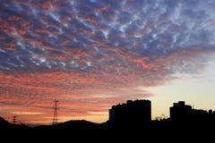 绯红色云彩在黎明 免版税图库摄影